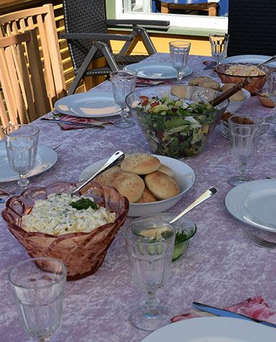 Bordet er klart for gjestene, dekket med Farmors potetsalat,  Grønnsalat ,  Coleslaw, Majones,