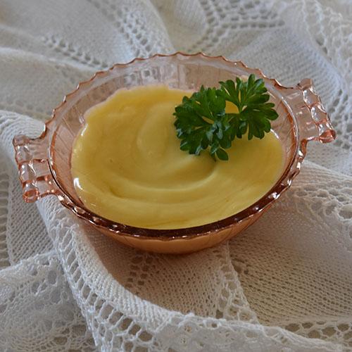 Majones - Hjemmelaget Ingredienser: 1 Egg 1 ts Sennep 1 ts Salt 1 ts Sukker 1 ts Eddik 2 dl Rapsolje 0,2 dl Olivenolje Eventuelt smak til med pepper og mer salt