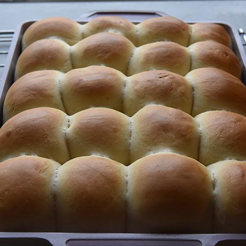 Små middagsbrød på 1-2-3 Ingredienser 2 ½ dl Vann (lunket) 3 ss Olje (raps) 2 ss Sukker 2 ts Tørrgjær 1 Egg (sammenpisket) ½ ts Salt 1 ss Smør (mykt) ½ dl Melk 8 dl Hvetemel
