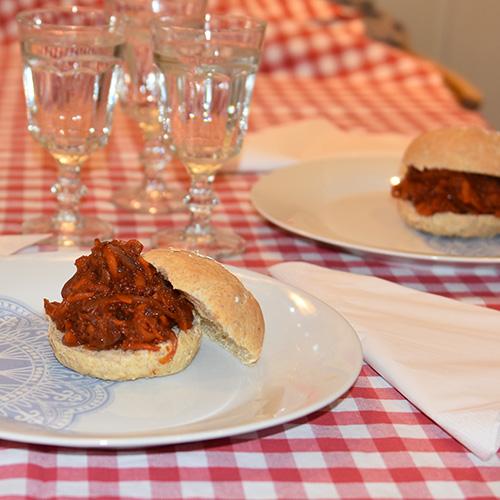 """""""Pulled"""" gulrot Ingredienser 5-6 Gulerøtter (store) 1 Rødløk 1 ½ ss Olivenolje ½ dl Eddik (Sushi) 1 bx Tomater (hermetiske) 6 fedd Hvitløk 4 ss Sukker (brunt) 1 ts Salt 2 ts Paprikapulver 2 ts Hvitløksalt 2 ts Koriander ½ ts Kummin ½ ts Kajennepepper ½ ts Pepper 2 ss Sitronsaft (presset)"""
