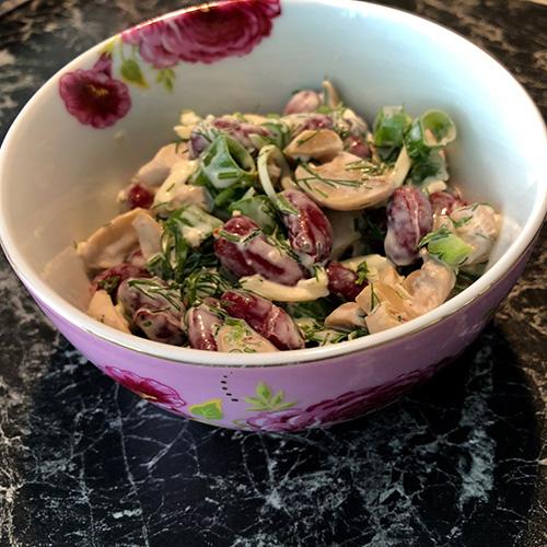 Salat med bønner og sjampinjonger Ingredienser 1 bx Bønner (brune, hermetiske) 1 bx Sjampinjong (skivet, hermetisk) 50 g Ost (hvit, revet) 2 ss Majones eller rømme 1 Bunt Persille, dill og vårløk (helst alle)