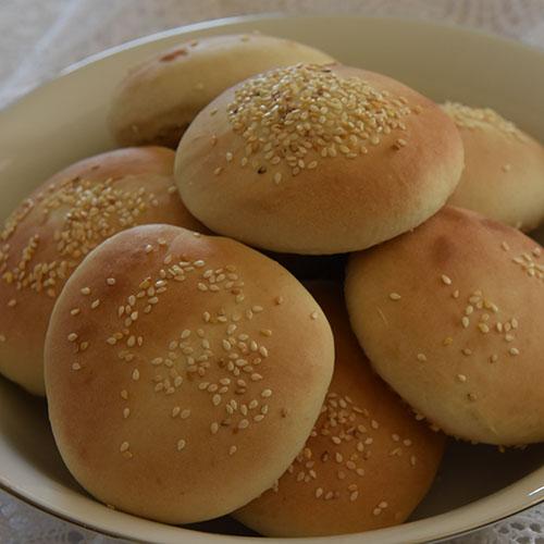 Slidersbrød a(hamburgerbrød) i en fei Ingredienser: 2 ts Tørrgjær 2 ½ dl Vann (lunkent) ½ dl Olje (raps) 2 ss Sukker 1 Egg 1 ts Salt 7½ - 8 dl Hvetemel 2 ss Sesamfrø