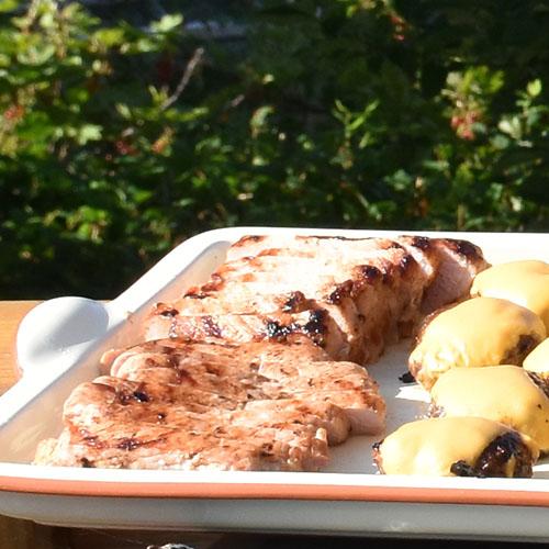 Svinefilet, marinert og grillet Ingredienser: 850 g Svinefilet 3 fedd Hvitløk (skivet) 4 cm Ingefær (hakket) 10 stilker Rosmarin 2 dl Olivenolje 1 ss Pepper 2 Brødposer (plast)