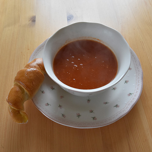Tomatsuppe: Ingredienser 8 Tomater (ferske, eller frosne) 8 dl Vann 2 Buljongterninger (grønnsak) ½ - 1ss Sukker 1 ss Persille (hakket)