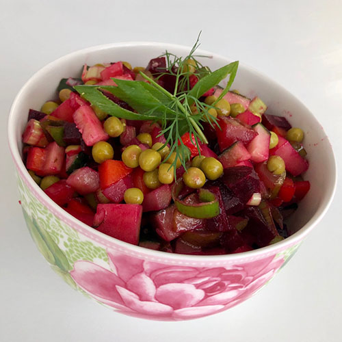 Vinegret (Винегрет) Ingredienser 2-3 Rødbeter (kokte) 1-2 Gulrøtter (kokte) 3-4 Poteter (kokte) 1/2 Rødløk (eller vårløk) 2 Sylteagurker 2-3 ss Olje 1 s Balsamikoeddik (eller sitronsaft) Eventuelt 1 boks Grønne erter eller brune bønner ½ Fersk agurk 2-3 ss Surkål