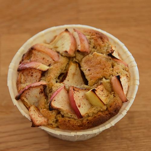 Baker Bruns Glutenfrie eplemuffins Ingredienser 100 g Smør 130 g Sukker 2 Egg 170 g Glutenfritt mel 1 ½ ts Bakepulver 2 klyper Salt 2 ts Vaniljesukker 2 Epler (skrelte og delt i tynne skive) 2 ts Kanel (malt) 1 ss Sukker Muffinsformer
