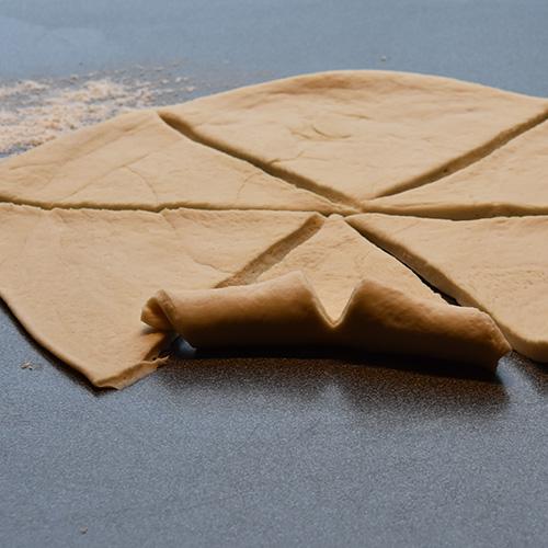 Ostehorn etter oppskrift fra baker brun Ingredienser: 13 dl Hvetemel 1 pk Gjær 2 ss Sukker 1 ts Salt 65 g Margarin 2½ dl Melk 3 dl Vann Egg (sammenvispet) Hvit ost (revet)