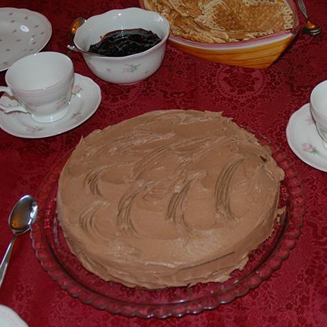 Mørk sjokoladekake etter oppskrift fra Baker Brun Ingredienser: 7 dl Sukker 3 Egg 300 g Smør (smeltet) 3 dl Vann 1 bx Lettrømme 6 ss Kakaopulver 6 dl Hvetemel 1 ts Bakepulver