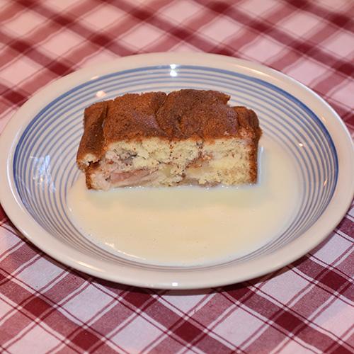 Mormors Eplekake Ingredienser: 2 Egg 1 ½ dl Sukker 3 ss Margarin (smeltet) 1 ½ dl Melk 3 dl Hvetemel 1 ½ ts Bakepulver 2 Epler (i biter) Sukker og kanel