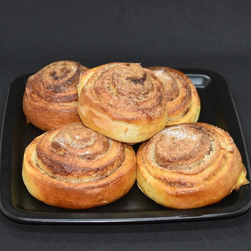 Skillingsboller etter oppskrift fra Baker Brun Ingredienser 6 dl Melk 150 g Smør 1 pk Gjær 1 kg Hvetemel 1½ dl Sukker 1 Egg