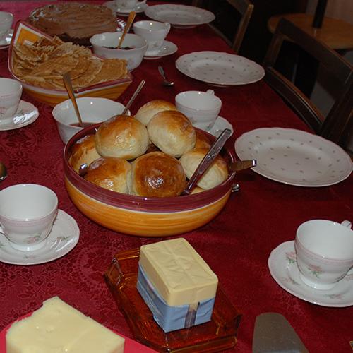 Boller etter oppskrift fra Baker Brun Ingredienser 6 dl Melk 150 g Smør 1 pk Gjær 1 kg Hvetemel 1½ dl Sukker 1 Egg