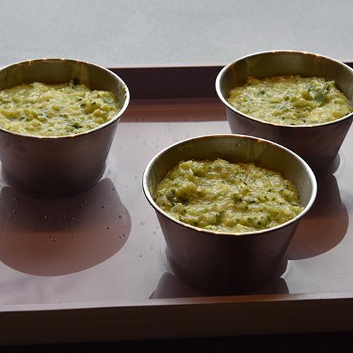 """Flan di broccoli - """"Brokkolisuffle"""" Ingredienser: 12 Pastaplater 800 g Brokkoli 1 Løk ½ Purre 1 ss Smør 180 g Hvit ost (revet) 50 g Parmesan 5 dl Melk 3 Egg (skilte) 2 ss Hvetemel 1 ts Salt (pepper)"""
