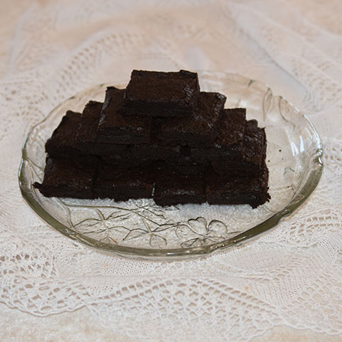 Brownies etter oppskrift fra Baker Brun Ingredienser: 3 dl Sukker 4 ss Kakaopulver 1 ½ dl Hvetemel 1 ts Vaniljesukker ½ ts Salt 150 g Smør (smeltet, og avkjølt) 2 Egg