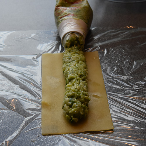 Canneloni ai broccoli – Canneloni med brokkoli Ingredienser: 12 Pastaplater 800 g Brokkoli 1 Løk ½ Purre 1 ss Smør 180 g Hvit ost (revet) 40 g Parmesan 5 dl Melk 2 ss Hvetemel 1 ts Salt (pepper)