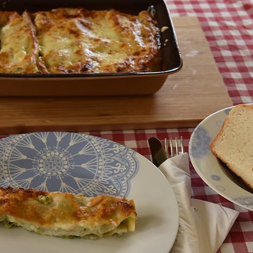 Canneloni ai broccoli – Canneloni med brokkoli Ingredienser: 12 Pastaplater 800 g Brokkoli 1 Løk ½ Purre 1 ss Smør 180 g Hvit ost (revet) 40 g Parmesan 5 dl Melk 2 ss Hvetemel 1 ts Salt (pepper)