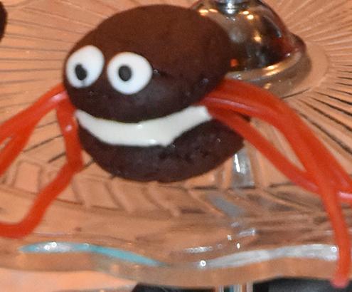 Edderkoppkjeks Ingredienser 50 g Margarin 100 g Kokesjokolade (mørk) 2 ss Kaffe (sterk, utblandet) 3 ss Sirup (lys) 1 Egg 2½ dl Hvetemel 2½ dl Melis 5 ss Kakao 1½ ts Bakepulver ¼ ts Salt