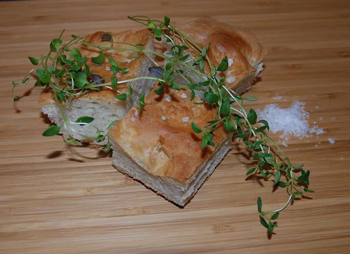 Focacica etter oppskrift fra Baker Brun Ingredienser 10 dl Hvetemel 1 pk Tørrgjær 5 dl Vann (fingervarmt) ½ ts Salt 1 ts Sukker 2 ss Olivenolje Flaksalt, oliven, olivenolje