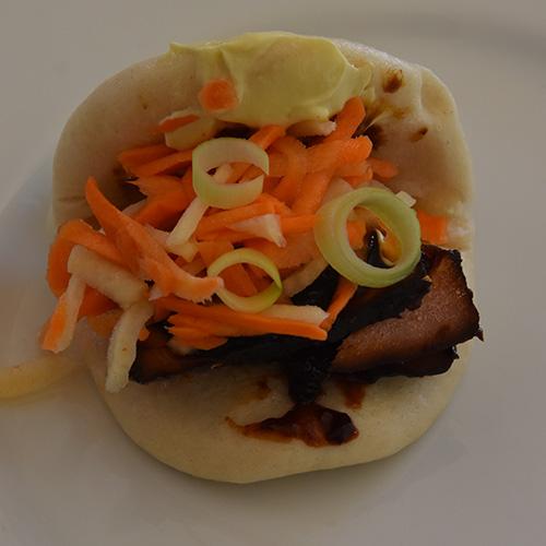 Char Sui – Ovnsstekt svinefillet Ingredienser 700 g Svinefilet 4 fedd Hvitløk (finhakket) 3 cm Ingefær (skrelt og finhakket) 4 ss Ketchup 4 ss Hoisin saus 2 ½ ss Sukker (brunt) 2 ss Soya saus (mørk) 2 ss Soyasaus (søt) 2 ss Eddik (sushi) 2 ss Olje (nøytral)