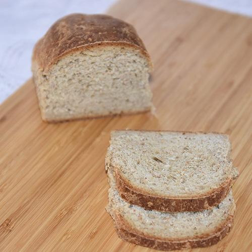 Grovt brød med sirup etter oppskrift fra Baker Brun (side 20-21) Ingredienser: Fordeig: 500 g Sammalt rug, grovt 100 g Sammalt rug, fint 100 g Siktet rugmel 35 g Salt 1,2 l Vann (romtemperert) Hoveddeig: 1½ kg Hvetemel 1½ dl Sirup (mørk) 100 g Margarin 1 pk Gjær Smeltet smør og vann til pensling