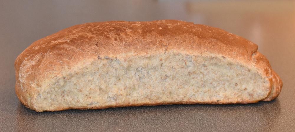 Grovt brød med sirup etter oppskrift fra Baker Brun (side 20-21) Ingredienser: Fordeig: 500 g Sammalt rug, grovt 100 g Sammalt rug, fint 100 g Siktet rugmel 35 g Salt 1,2 l Vann (romtemperert) Hoveddeig: 1½ kg Hvetemel 1½ dl Sirup (mørk) 100 g Margarin 1 pk Gjær Smeltet smør og vann til pensling med sirup etter oppskrift fra Baker Brun (side 20-21) Ingredienser: Fordeig: 500 g Sammalt rug, grovt 100 g Sammalt rug, fint 100 g Siktet rugmel 35 g Salt 1,2 l Vann (romtemperert) Hoveddeig: 1½ kg Hvetemel 1½ dl Sirup (mørk) 100 g Margarin 1 pk Gjær Smeltet smør og vann til pensling