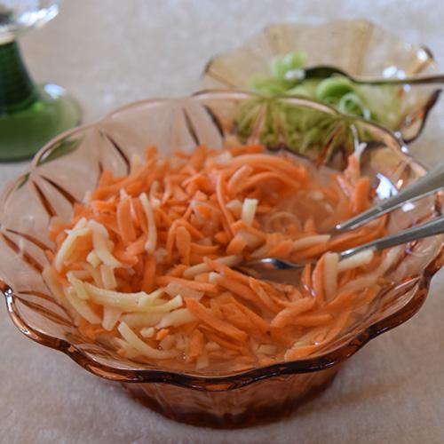 Gulrot- og kålrabisalat, Ingredienser 3 Gulrøtter ¼ Kålrabi 2 ½ dl Vann 3 ss Eddik (sushi) 3 ss Sukker 2 ss Havsalt