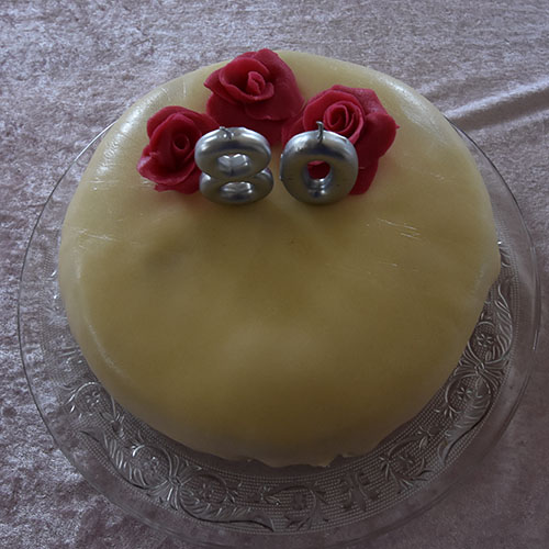 Hvit dame Ingredienser: Kakebunn: 4 Egg 2 dl Sukker 1 dl Hvetemel 1 dl Potetmel 1 ts Bakepulver Makronbunn: 3 Eggehviter 125 g Melis 125 g Hasselnøtter (eller mandler