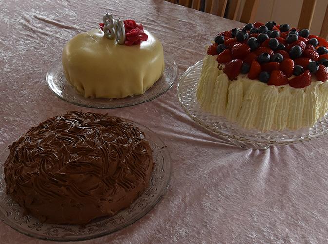 Tante Ingrids Sjokoladekake Ingredienser: Bunn: 125 g Smør 250 g Sukker 2 Egg 4 ts Bakepulver 1 ss Kakao 300 g Hvetemel Fyll & Topping: 4 ss Smør 300 g Melis 1 ss Kakao 1 ts Vaniljesukker 3 ss Kaffe (sterk)