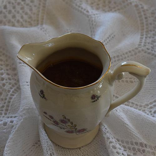 Karamellsaus Ingredienser: 150 g Sukker 40 g Vann 3 dl Kremfløte 1 ts Vaniljesukker Salt