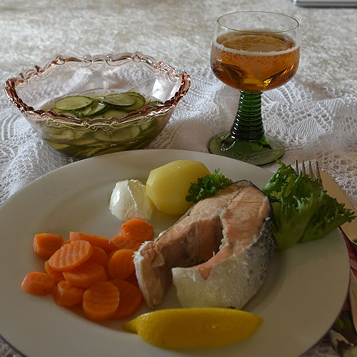 Avkokt laks Ingredienser: 4 skiver Laks à 350 g 3 l Vann 6 ss Salt 15 Pepperkorn (svarte) 4 Laubærblader 1 ss Eddik (7%) 1 Sitron