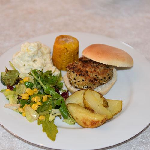 Vegetarburger (Quinoabuger): Ingredienser 1 ½ dl Quinoa 1 Løk 1 ss Olje (raps) 3 Egg 1 dl Strøbrød 2 dl Hvitost (revet) ½ ts Salt ¼ ts Pepper Olje