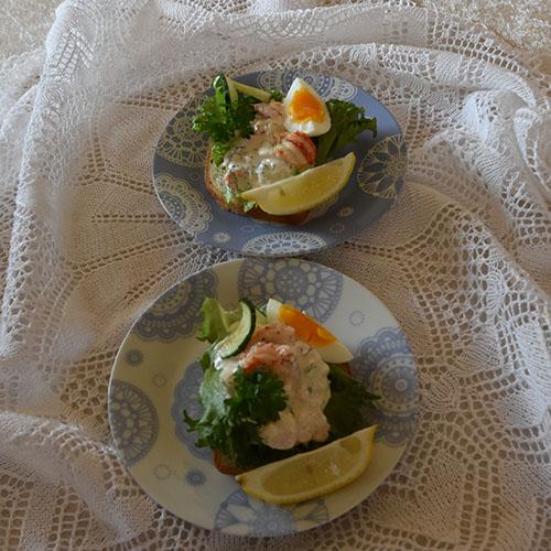Rekesalat Ingredienser: 2 dl Rømme 2 ss Majones 1 ts Sennep 1½ ts Søt chilisaus 2 ts Sitronskall (finraspet) 200 g Reker (renskede) Salt, pepper