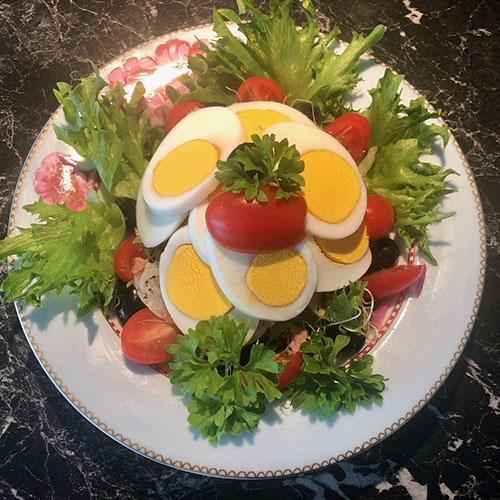 Salat med tunfisk og egg Ingrediensera 1 boks Tunfisk i olje eller vann ½ pose Krispisalat 10 -12 Cherry tomater (eller to store) 1/2 Agurk 1 Rødløk (liten) 2 ss Sitronsaft (presset) 10 -15 Oliven (svarte) 2 Egg (hardkokt) 1 ss olje (oliven) Salt og svart pepper, og Eventuelt grønt til pynt