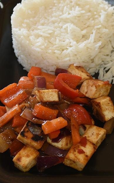 Tikka-masala tofu med ris Ingredienser: 250 g Tofu (fast, avrent) 2 ss Olje (nøytral) ¼ Purreløk 1 Paprika 2 Gulerøtter 1 Løk (rød) 1 ts Tikka-masala pulver 2 ts Soyasaus 1 ss Søt chilisaus 1 ss Vann Koriander, Lime Ris