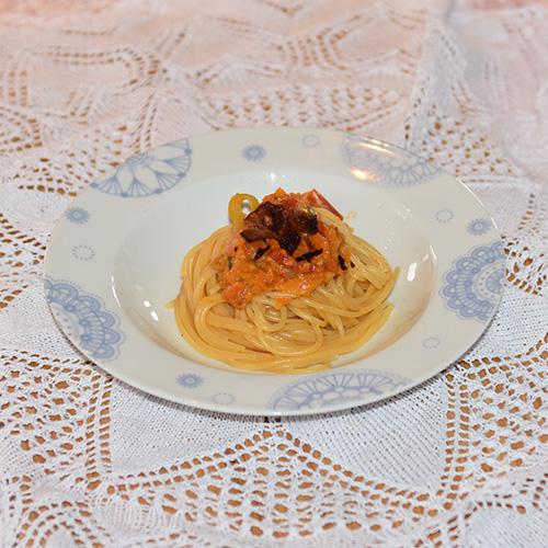 Spagetti med tomatsaus, bacon, paprika, purre og ost Ingredienser: 1 ss Olje 1 ss Smør ½ Løk (liten) 1 Gulrot (liten) 1 stilk Stangselleri ¼ Purre 2 fedd Hvitløk ¼ Chili (rød, uten frø) 6 Tomat (flodde) 3 dl Grønsakskraft (buljong) ¼ Purreløk ½ Paprika 1 ss Persille (hakket) 1 ts Paprikapulver ¼ ts Sukker 250 g Bacon (sprøstekt) 100 g Hvitost (revet) 300-400 g Spagetti Salt, pepper Basilikum (hakket)
