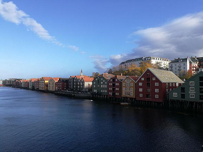 20191022 - første tur med den nye sykkelen min  Bryggerekken sett fra gamle bybro, Trondheim, Norway