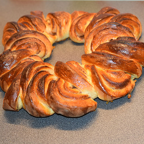Bladkrans etter oppskrift fra Baker Brun Ingredienser 6 dl Melk 150 g Smør 1 pk Gjær 1 kg Hvetemel 1½ dl Sukker 1 Egg