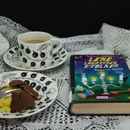 Kjølner, Lena Lauritsen (2017) «Ingen til bords» Vigmostad & Bjørke, og Suksessmakroner etter oppskrift fra Baker Brun Ingredienser: Topping: 200 g Kokesjokolade 15 Muffinsformer Suksesskrem: 1 dl Kremfløte 125 g Sukker 4 Eggeplommer 1 Vaniljestang (2 ts vaniljesukker) 150 g Smør (ekte) Mandelbunn: 500 g Mandler 500 g Sukker 7 Eggehviter