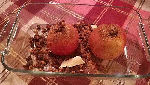 Bakte epler med rosiner og mandler Ingredienser: 4 Epler 80 g Rosiner 50 g Mandler (hakket) 2 ss Smør 1½ ss Sukker 1 – 1½ ts Kanel Vaniljesaus