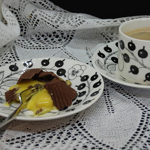 Suksessmakroner etter oppskrift fra Baker Brun Ingredienser: Topping: 200 g Kokesjokolade 15 Muffinsformer Suksesskrem: 1 dl Kremfløte 125 g Sukker 4 Eggeplommer 1 Vaniljestang (2 ts vaniljesukker) 150 g Smør (ekte) Mandelbunn: 500 g Mandler 500 g Sukker 7 Eggehviter
