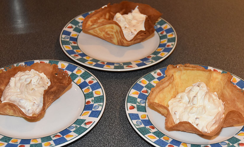 Krumkaker Ingredienser: 2 Egg 125 g Margarin 125 g Sukker 125 g Hvetemel 1 ts Vaniljesukker 1 dl Kaldt vann