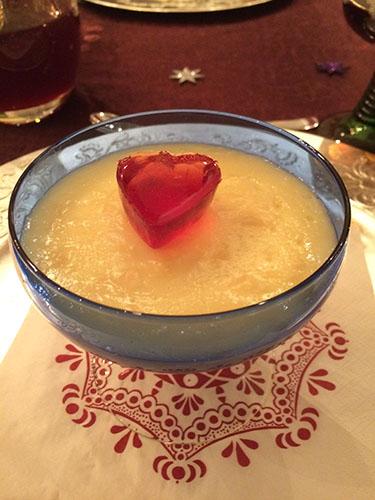 Mandelkjernepudding Ingredienser 8 dl H-melk (laktosefri) (alt. 5 melk og 3 fløte) 60 g Maisenna 2 ss Sukker 1 ts Vaniljesukker 2 Egg 50 g Mandler 3 Mandeldråper