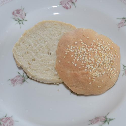 Hamburgerbrød Ingredienser 3 dl Melk ½ pk Gjær 3 ss Olje 450 g Hvetemel 1 ts Sukker ½ ts Salt Sesamfrø