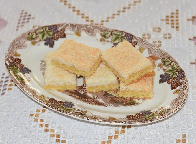 Kokosruter Ingredienser: Bunn: 100 g Smør 2 Eggeplommer 1 Egg 1½ dl Sukker 2 dl Hvetemel 1 ts Bakepulver Kokostipping: 2 Eggehviter 1 dl Sukker 2 dl Kokosmasse