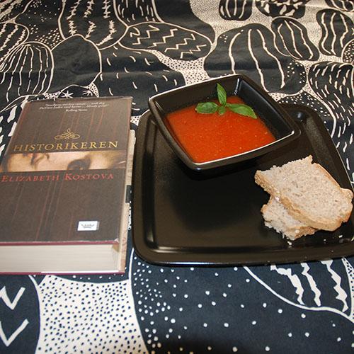 Kostova Elizabeth (2005) Historikeren. DAMM og Rød paprika suppe med chili Ingredienser: 250 g Paprika (rød e, 2 stk) 1 Løk (hakket) 2 fedd Hvitløk (knust) ½ Chili (rød) 3 dl Tomater (flådd og hakket) 6 dl Grønsakskraft (eller buljong) 2 ts Basilikum (hakket) Salt og pepper