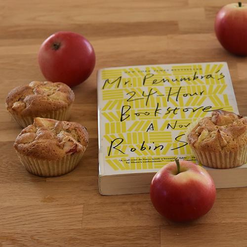 Sloan, Robin (2012), «Mr. Penumba`s 24-hour bookstoore», Picadore og Eplemuffins etter oppskrift fra Baker Brun Ingredienser 100 g Smør 2 Epler 1 ts Kanel (malt) 2 Egg 1 ½ dl Sukker 1 ½ dl Hvetemel 1 dl Havremel 1 ts Bakepulver Muffinsformer
