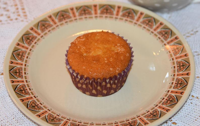 Odas lyse muffins Ingredienser: 1½ dl Sukker 100 g Smør /margarin (smeltet) 2 Egg 2½ dl Hvetemel 1 ts Bakepulver 1 ts Vaniljesukker 1 dl Melk