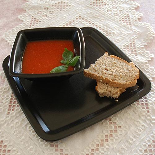 Rød paprika suppe med chili  Ingredienser:  250 gPaprika (rød e, 2 stk) 1 Løk (hakket) 2 feddHvitløk (knust) ½  Chili (rød) 3 dlTomater (flådd og hakket) 6 dlGrønsakskraft (eller buljong) 2 ts Basilikum (hakket) Salt og pepper