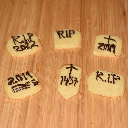 Halloween - R.I.P- kjekser (vaniljekjeks) Ingredienser: 4 ½ dl Hvetemel 1 dl Sukker 2 ts Vaniljesukker 200 g Margarin (kalde biter) Pynt: Kokesjokolade (smeltet)