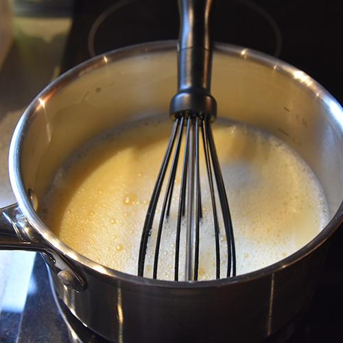Vaniljesaus (mormor enkle) Ingredienser: 5 dl Melk 2 Egg 1 ts Potetmel 1 ss Vaniljesukker 1 ss Sukker