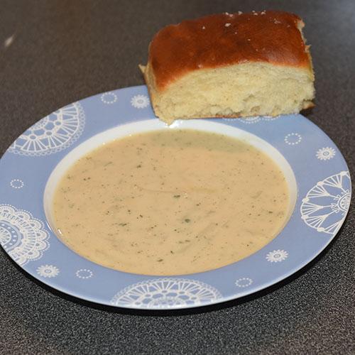 Myke Thanksgivings-Rundstykker Ingredienser: 70 g Smør 1 pk Gjær 100 g Sukker 1 kg Mel 150 g Margarin, (smeltet og avkjølt), & til pensling 5 dl Melk (romtemperert) 2 Egg (store, romtempererte) 1 ss Salt